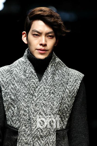 Lúc mới làm người mẫu, Kim Woo Bin không tính đến chuyện lấn sân mảng phim ảnh, bởi lý tưởng của anh là trở thành giảng viên đại học khoa người mẫu. Sau đó khi casting đóng quảng cáo, Woo Bin ý thức được tầm quan trọng của biểu diễn, vì thế tham gia khóa đào tạo ở một công ty. Để có thể tiến xa hơn trong nghiệp diễn xuất, anh quyết định học thêm ở đại học Jeonju về biểu diễn.