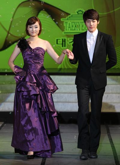 Kim Woo Bin sinh năm 1989 ở Seoul, Hàn Quốc. Thời tiểu học, Woo Bin luôn cao hơn bạn cùng lớp. Mẹ của anh thích thời trang, thường may quần áo cho con trai. Kim Woo Bin mơ ước làm người mẫu từ khi học cấp hai. Anh thi vào khoa Người mẫu quốc tế của đại học Daekyeung. Trong ảnh, Kim Woo Bin trình diễn trong lễ tốt nghiệp đại học.