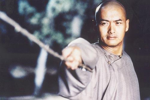 Châu Nhuận Phát tiếp tục thể hiện phong độ trong Ngọa hổ tàng long (2000) - kiệt tác của đạo diễn Lý An. Anh ung dung, đĩnh đạc khi vào vai kiếm khách Lý Mộ Bạch. Ngay cả trong lúc chiến đấu, Châu Nhuận Phát vẫn toát lên phong thái này.