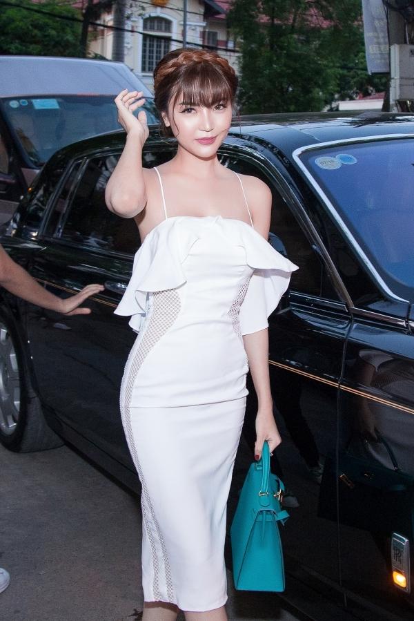'Nữ hoàng Sắc đẹp Toàn cầu' ngồi xe hàng chục tỷ đi sự kiện