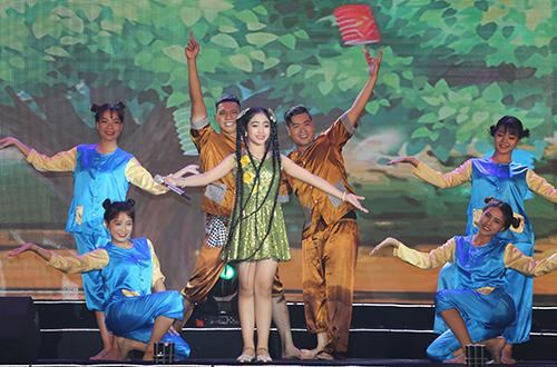 minh-hang-ha-ho-hat-chung-san-khau-6