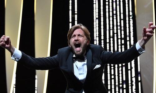 Đạo diễn Ruben Östlund ăn mừng phấn khích