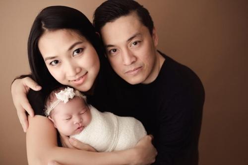 Lam Trường bên bà xã 9x và con gái.