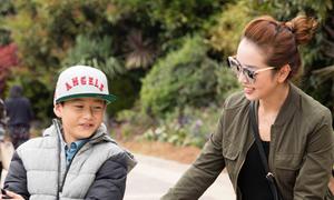 Jennifer Phạm và con trai đi chơi công viên ở Mỹ