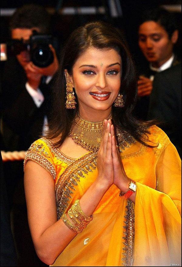 """<p> Bộ phim<em> Hum Dil De Chuke Sanam</em> (1999) đánh dấu bước ngoặt trong sự nghiệp và cuộc đời Aishwayra Rai. Diễn viên Ấn Độ thắng giải """"Diễn viên hay nhất"""" tại Filmfare Award. Cô hẹn hò diễn viên chính của phim - Salman Khan. Hai người chia tay năm 2001.</p>"""