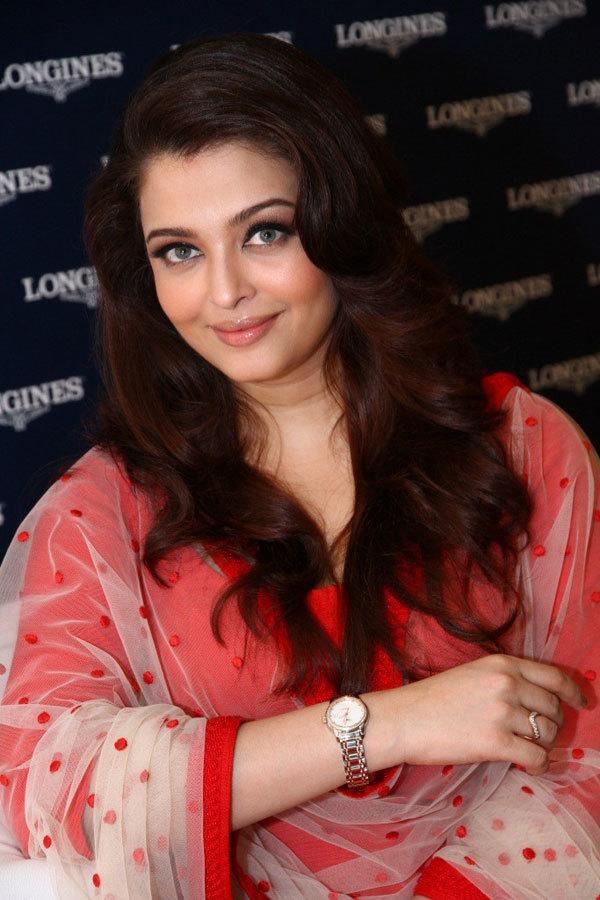 <p> Tháng 11/2011, Rai sinh con gái Aaradhya Bachchan. Giới truyền thông và người hâm mộ gọi con của hoa hậu với cái tên thân mật Beti B. Sau khi sinh, cô đối mặt nhiều lời chỉ trích vì tăng cân.</p>
