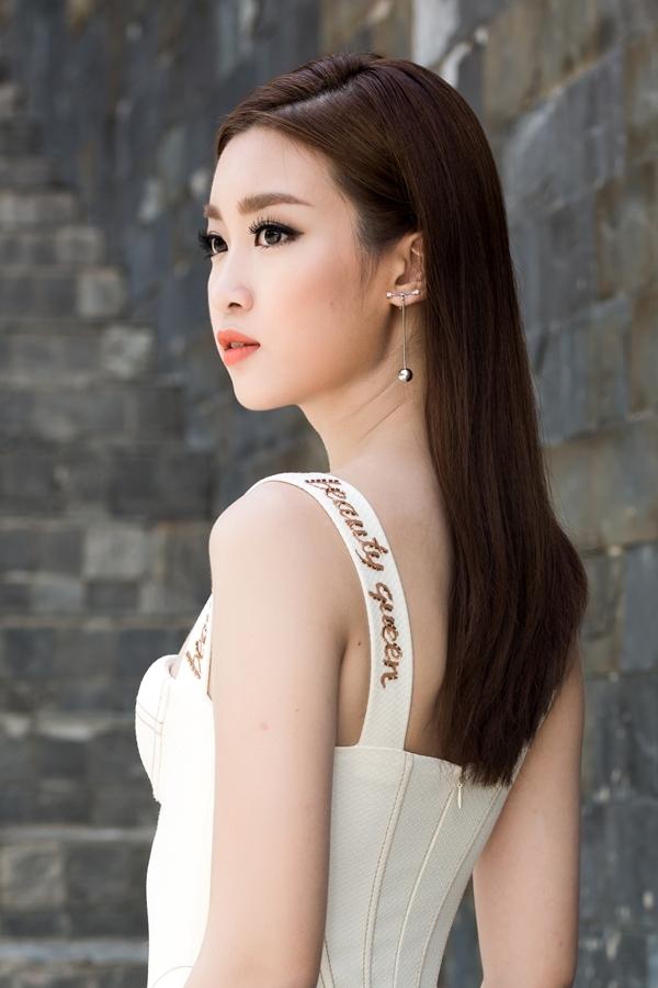 Hoa hậu Mỹ Linh diện váy cúp ngực đi chấm thi The Face