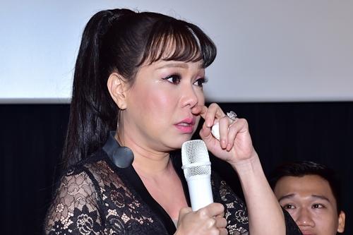 Việt Hương nhiều lần khóc giữa buổi họp báo.
