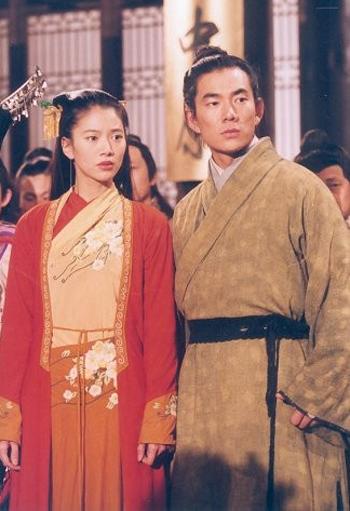 Viên Vịnh Nghi đóng Nhậm Doanh Doanh trong phiên bản của Đài Loan năm 2000, bên cạnh Lệnh Hồ Xung Nhậm Hiền Tề. Người đẹp được khen ngợi về diễn xuất nhưng phong thái của cô thiếu đi sự mềm mại nữ tính trong các cảnh quay tình cảm. Phiên bản này không được lòng nhiều khán giả vì kịch bản thay đổi nhiều so với nguyên tác.