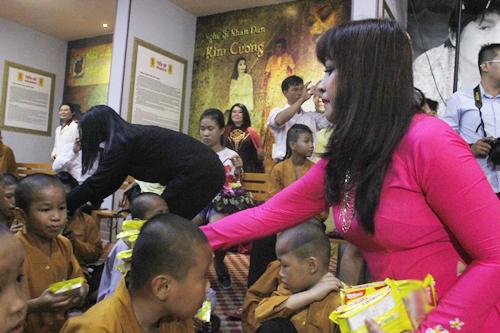 Các nghệ sĩ tặng quà cho trẻ em ở mái ấm chùa Từ Hạnh.