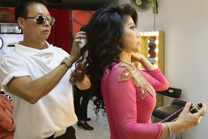 Chồng Sơn Tuyền chải tóc cho vợ ở hậu trường