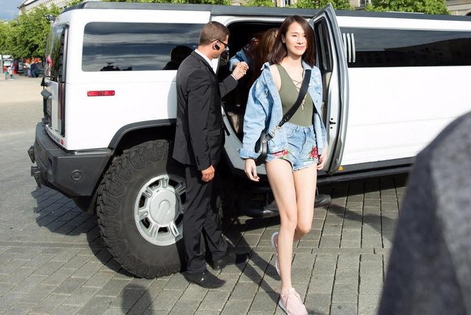 Ngọc Trinh mặc bra-top khoe eo trên đường phố châu Âu