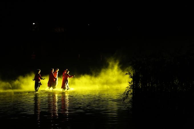 Nhà 10 tấn ngoi từ hồ nước sâu trong show Việt Tú