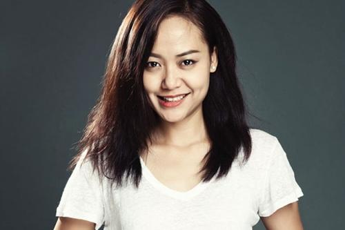 Hồng Ánh còn nổi tiếng trong vai trò đạo diễn. Chị vừa ra mắt phim Đạo của dân ngụ cư và đoạt ba giải lớn tại Liên hoan phim ASEAN 2017. Nữ nghệ sĩ đang sống hạnh phúc cùng chồng - nhà phê bình, doanh nhân Nguyễn Thanh Sơn - sau tám năm kết hôn.