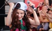Hồ Quỳnh Hương cởi giày hát cùng fan ở Nhật