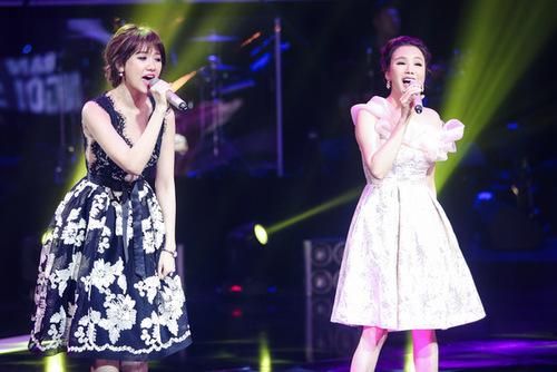 Hồ Quỳnh Hương song ca cùng Hari Won ca khúc Hương đêm bay xa, một bản hit của Hari trong liveshow đầu tiên.