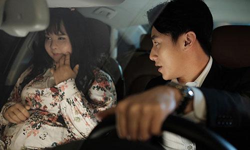 Ca sĩ Rocker Nguyễn (phải) và Minh Hằng trong bộ phim Sắc đẹp ngàn cân - làm lại từ phim ăn khách của Hàn Quốc.