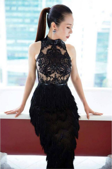 Dự tiệc cuối tuần, Lan Phương ưu ái diện đầm đen quyến rũ. Chân váy lông kết hợp với ren xuyên thấu giúp cô hút mọi ánh nhìn của đêm tiệc.
