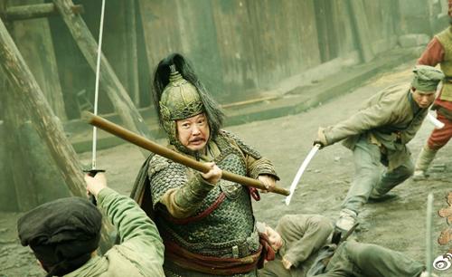 Hồng Kim Bảo vào vai tướng lĩnh, cũng có nhiều cảnh giao tranh với kẻ địch. Đoàn làm phim từng lo sợ hai diễn viên nam chính bị thương vì sử dụng võ công thật song Hồng Kim Bảo, Triệu Văn Trác hoàn thành nhiệm vụ mà không để lại thương tích.