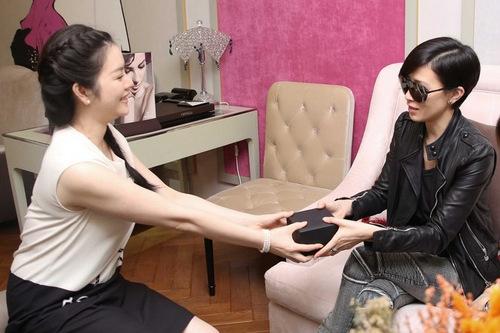 Lý Nhã Kỳ tặng trang sức kim cương cho Xa Thi Mạn nhân chuyến thăm Việt Nam của cô năm ngoái.