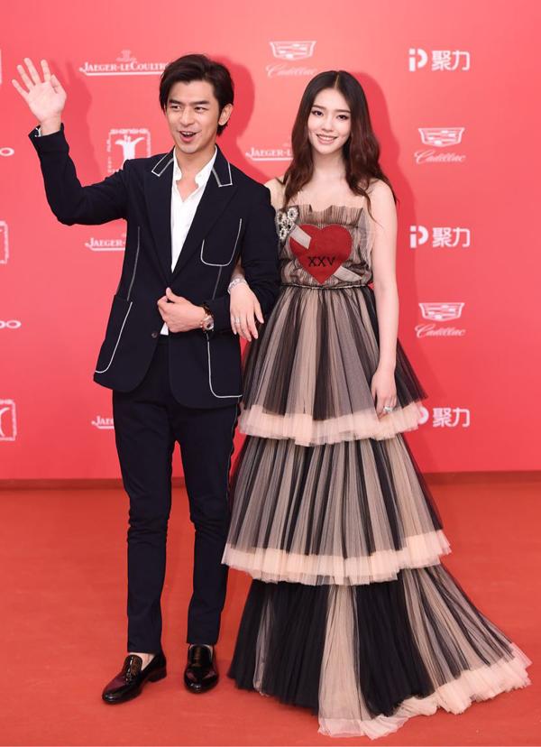'Thánh Cô' Hứa Tình, Lưu Diệc Phi diện váy đơn sắc lên thảm đỏ