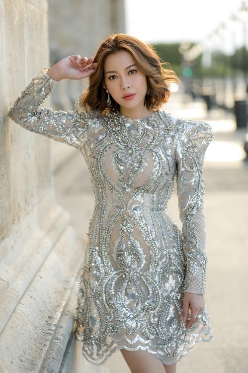 Metallic - lưới - voan là 3 chất liệu chủ đạo được NTK Chung Thanh Phong sử dụng, nhằm tôn thêm vẻ mạnh mẽ và quyến rũ của người đẹp.