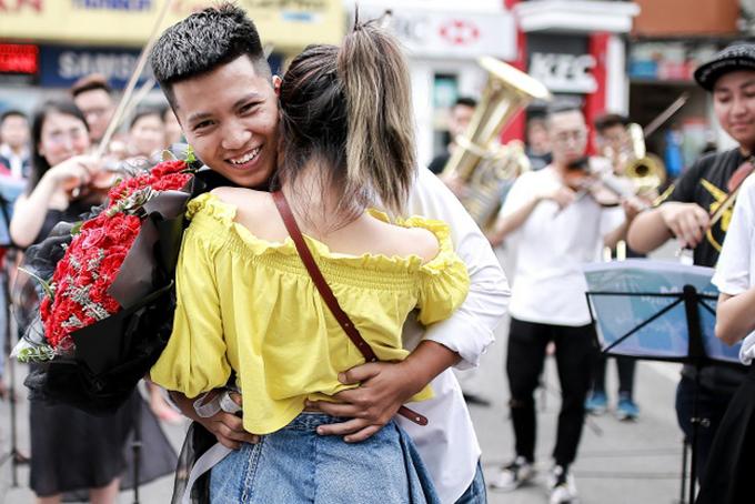 Min giúp chàng trai Hà Nội cầu hôn bạn gái trên phố đi bộ