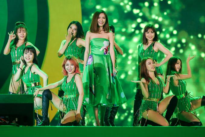 Sơn Tùng M-TP chui gầm sân khấu, tạo bất ngờ cho khán giả
