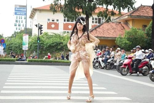 thi-sinh-mac-tham-hoa-qua-cac-mua-vietnams-next-top-model-4