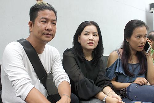 Đạo diễn Ngọc Hùng (trái) và diễn viên Lý Thanh Thảo đến dự phiên tòa của đồng nghiệp.