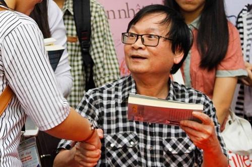 Nguyễn Nhật Ánh ký tặng và bắt tay từng độc giả. Ảnh: NXB Trẻ.