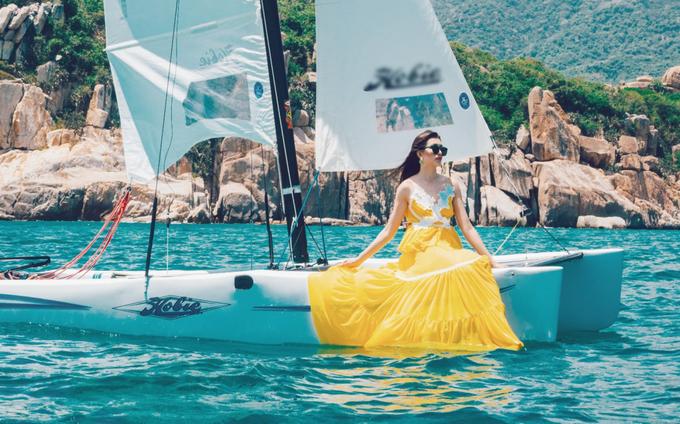 Á hậu Lệ Hằng diện váy maxi dạo biển