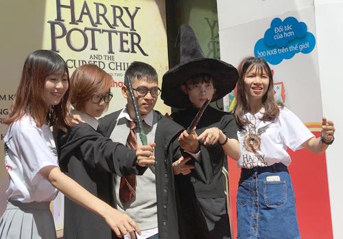 Các fan Việt chào đón phần tám Harry Potter tại nhà sách Fahasa, TP HCM vào sáng 31/7. Ảnh: Thất Sơn.