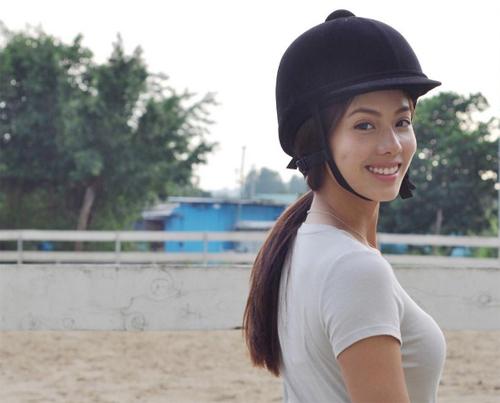 Người đẹp có sở thích cưỡi ngựa, du lịch.