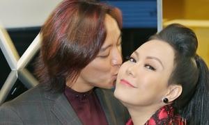 Vợ chồng Việt Hương hôn nhau trên thảm đỏ