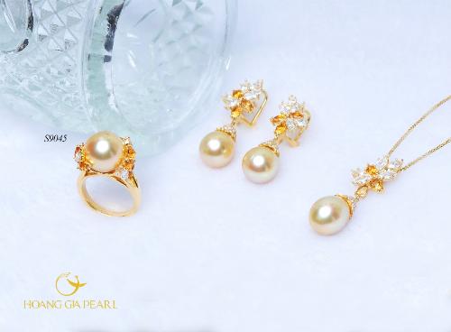 Trong một thiết kế mang phong cách vương giả, các nghệ nhân của Hoàng Gia Pearl đã sử dụng sắc vàng của ngọc trai South Sea làm chủ đạo, đính kim cương cùng đá màu để gia tăng nhịp điệu màu sắc thu hút mắt nhìn.