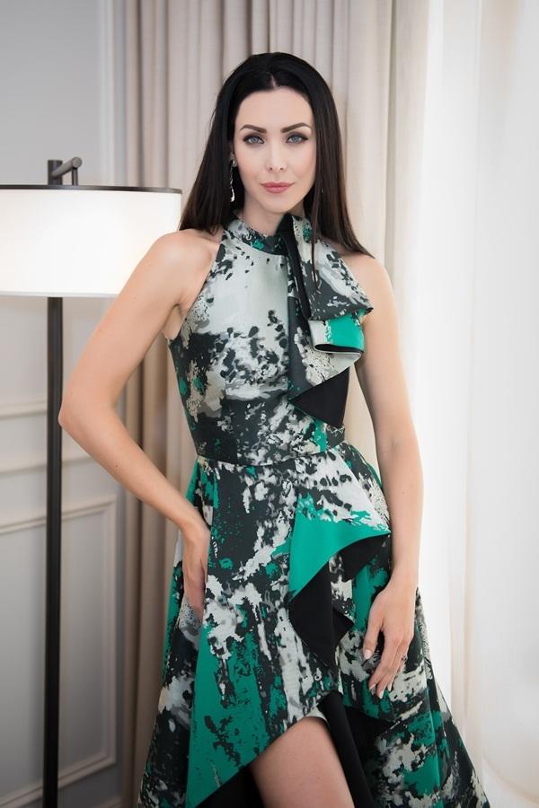 Hoa hậu Hoàn vũ 2005 khoe vóc dáng ở Việt Nam