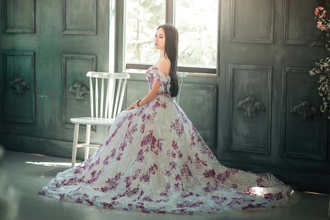 Vợ Việt Hoàn chọn váy khoe vai thon