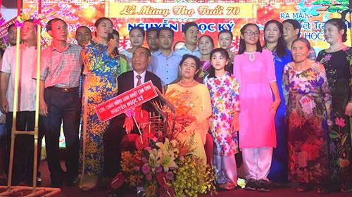 Vợ chồng nhà giáo Nguyễn Ngọc Ký bên đại gia đình ở lễ mừng thọ, ra mắt sách.