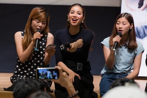 Phạm Hương hát cùng fan ở Nhật.