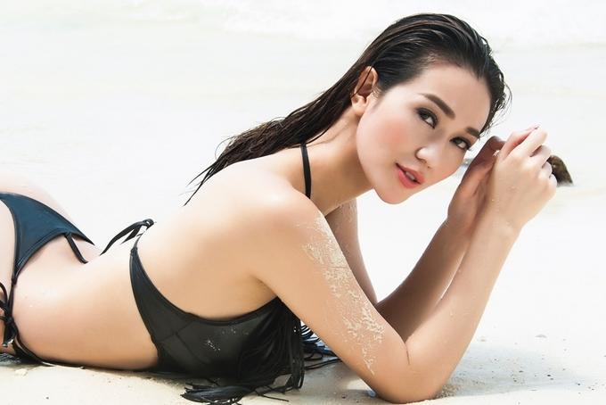 Khánh My diện bikini ở biển Thái Lan