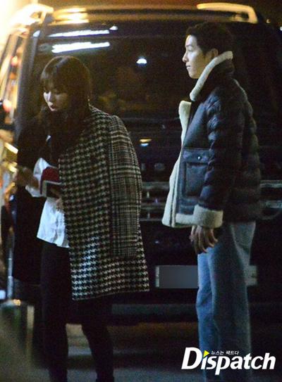 Ngay sau khi cặp sao công bố kết hôn, trang Dispach (Hàn Quốc) đăng loạt ảnh Hye Kyo - Joong Ki tổ chức tiệc ra mắt bạn bè, với sự tham gia của biên kịch Hậu duệ mặt trời.