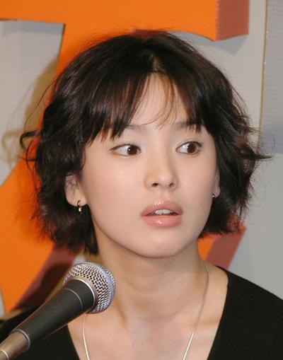 Năm 2005, Qua các phim đình đám All In, Ngôi nhà hạnh phúc, Thế giới họ đang sống, Song Hye Kyo nổi tiếng khắp châu Á. Năm 2005, người đẹp dẫn đầu danh sách Ngôi sao được yêu thích nhất, do công ty nghiên cứu thị trường Leespr (Hàn Quốc) thực hiện. Không nổi bật về chiều cao, bù lại cô có gương mặt đẹp với làn môi cong gợi cảm, mũi thanh tú cùng nước da mịn.