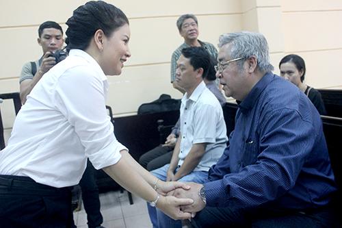 Ngọc Trinh bắt tay ông Trần Khánh Hoàng - một trong những người có quyền và nghĩa vụ liên quan phía bị đơn.