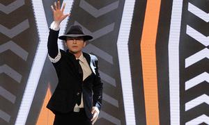Văn Anh biểu diễn điệu nhảy Michael Jackson