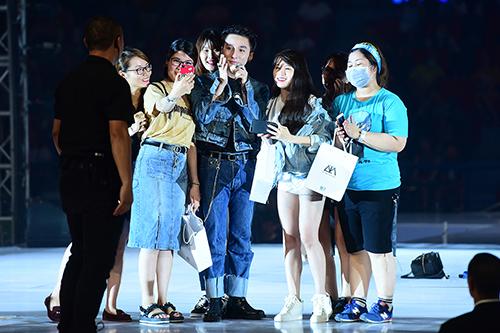 Sơn Tùng M-TP hát Như ngày hôm qua thay lời chào khép lại chương trình.