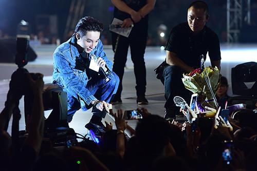 [Dù trời mưa to, buổi họp fan của anh ở Cung Thể thao Quần Ngựa, Hà Nội, tối 8/7 vẫn đông đúc, náo nhiệt.
