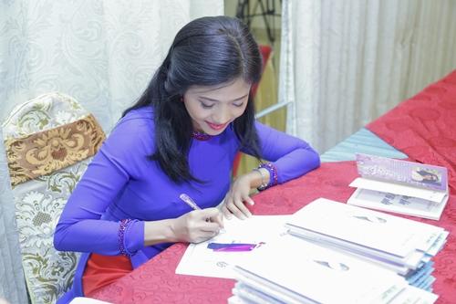 Tác giả Phượng Loan ký tặng sách.