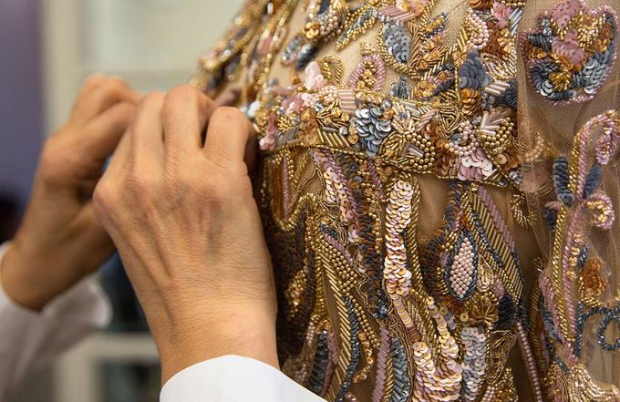 Váy couture của Elie Saab đính 20.000 chi tiết bằng tay