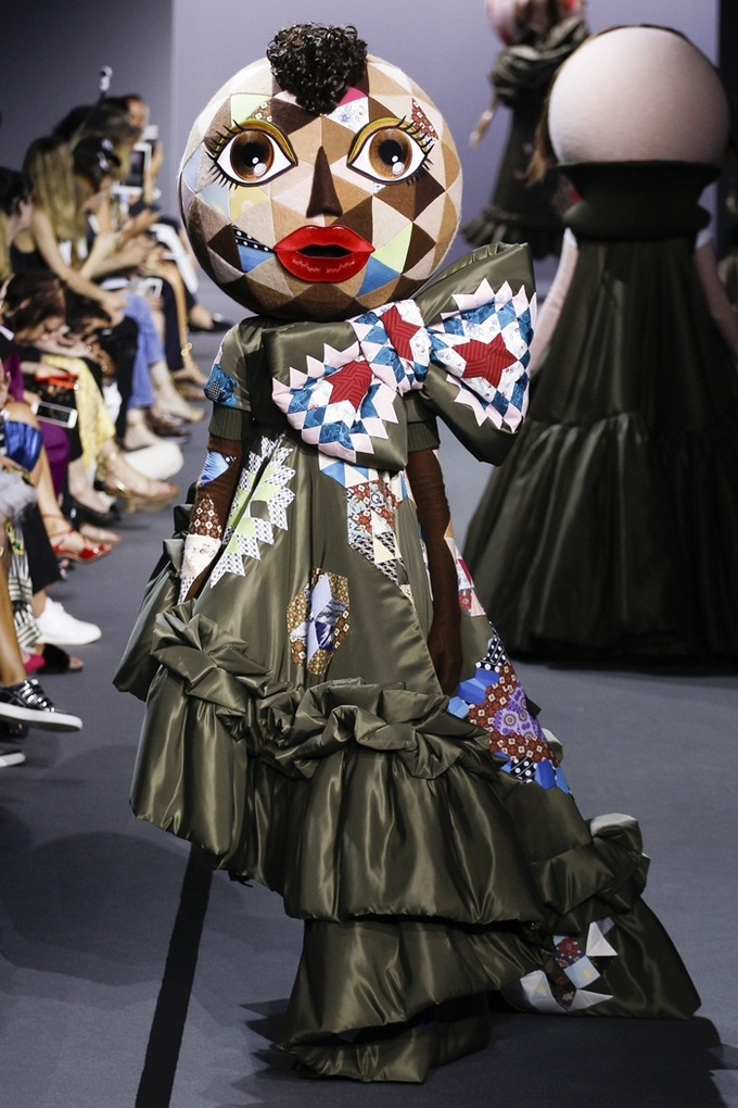 'Búp bê' đa chủng tộc catwalk trong show Viktor & Rolf